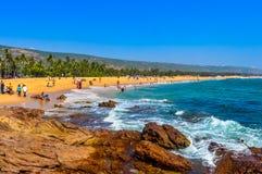 Inde de vue de plage de mer de Goa dans le jour ensoleillé lumineux clair d'une distance lointaine pendant la journée en ciel ble Photos libres de droits