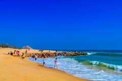 Inde de vue de plage de mer de Goa dans le jour ensoleillé lumineux clair d'une distance lointaine pendant la journée en ciel ble Photo stock