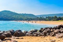 Inde de vue de plage de mer de Goa dans le jour ensoleillé lumineux clair d'une distance lointaine pendant la journée en ciel ble Image stock