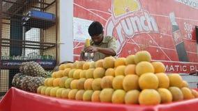 INDE, GOA - 2012 : L'homme indien fait le jus frais banque de vidéos
