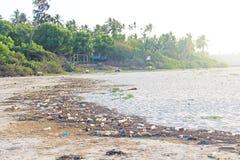 Inde, Goa, le 5 février 2018 Les bouteilles de plastique et en verre vides se trouvent sur la plage et polluent l'écologie de la  images stock