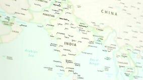 Inde sur une carte avec Defocus banque de vidéos