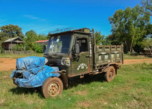 Indein, lago Inle, Myanmar - 13 de noviembre de 2014: El camión en el pueblo Fotos de archivo libres de regalías