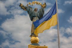 Independence monument and ukrainian flag in Kiev Royalty Free Stock Image
