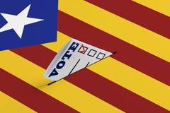 Independencia de la democracia de la libertad de las elecciones de un concepto del referéndum El boletín electoral cae en la urna imagen de archivo libre de regalías