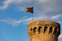 Independentist flagi falowanie na górze średniowiecznej wierza chmury fotografia stock