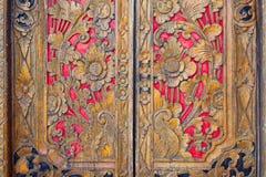 Inder angespornte geschnitzte goldene rote Holztür Lizenzfreie Stockfotografie