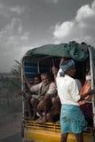 Inder, die in LKW, Kerl steht auf hinterer Stoßstange reiten Stockfotos