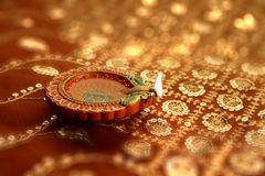 Inder Diwali Diya mit festlichen Lichtern Bokeh Stockbilder