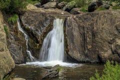 Inder fällt auf indischen Nebenfluss nahe See Almanor Lizenzfreies Stockfoto