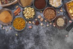 Inder getrocknete Gewürze und Nüsse in den Schüsseln Lizenzfreies Stockbild