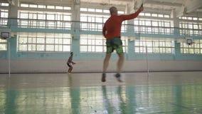 Inder Guy Makes Feeding Valiant Opponent, Spiel-Badminton stock video