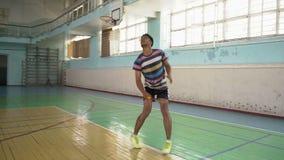 Inder Guy Play Badminton, schlug die Schürzen-Schüssel stock footage