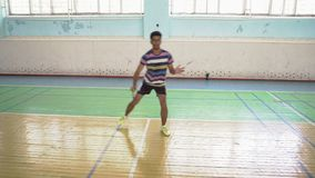 Inder Guy Play Badminton in Sporthalle stock video