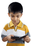Inder Little Boy mit Mobiltelefon Stockbild
