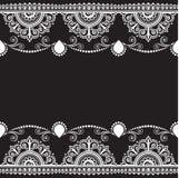 Inder, Mehndi-Hennastrauchlinie Spitzeelement mit Blumenmusterkarte für Tätowierung auf schwarzem Hintergrund Stockfoto