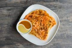 Inder Roti Prata mit Kondensmilch und Currysoße Stockfoto