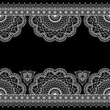 Inder, weiße Linie Spitzeelement Mehndi-Hennastrauches mit Blumenmusterkarte für Tätowierung auf schwarzem Hintergrund Lizenzfreies Stockfoto