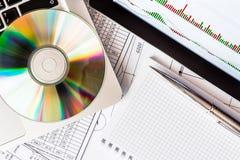 Index de bourse des valeurs, un comprimé et un ordinateur portable Photographie stock libre de droits