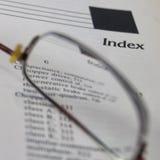Index, de elektronische lezing van het techniekboek met glazen op open pagina Stock Foto