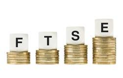 Index för FTSE 100 London Stock Exchangeaktie på myntbuntar Arkivfoton