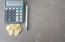 Index financiers courants avec la pièce de monnaie et la calculatrice de pile Financia Photos libres de droits