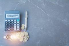 Index financiers courants avec la pièce de monnaie et la calculatrice de pile Financia Images libres de droits