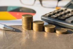 Index financiers courants avec la pièce de monnaie et la calculatrice de pile Financia Images stock