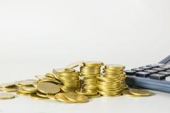 Index financiers courants avec la pièce de monnaie et la calculatrice de pile Financia Image libre de droits