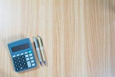 Index financiers d'actions de vue supérieure avec la pièce de monnaie et la calculatrice de pile Photographie stock libre de droits