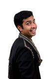 Indiër die in traditionele kleren erachter kijkt stock afbeeldingen
