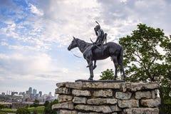 Indiër, verkenner, paard, de stad Missouri, gebouwen van Kansas Stock Foto's