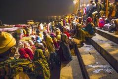 Indiërs in de zitting van Varanasi bij de rivier Ganges Stock Afbeelding