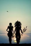 Indiërs koppelen silhouet bij zonsondergang royalty-vrije illustratie
