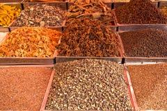 Indiańscy jaskrawi barwioni proszki i pikantność ziarna w kwadratowych metal tacach na kontuarze zdjęcia stock