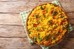 Indiańscy karmowi Tawa Pulao ryż z warzywami i pikantność w górę horyzontalny odgórny widok zdjęcia stock
