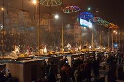 Indiańscy księża wykonują religijną Ganga Aarti ceremonię przy Dashashwamedh Ghat w Varanasi Uttar Pradesh obraz stock