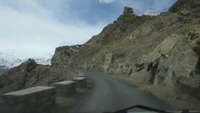 Indiańscy ludzie prowadnikowego samochodu na żwir ulicie iść Leh Stok pałac Leh Ladakh wioska w Jammu i Kaszmir, India zbiory