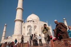 Indiańscy turyści pozuje przy Taj Mahal obrazy royalty free