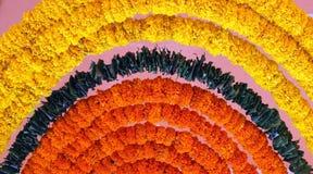 Indiańska świąteczna dekoracja - girlanda nagietek kwitnie Zdjęcia Royalty Free