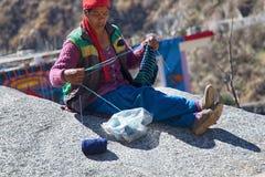 Indiańska alpinista kobieta dzia na zima dnia obsiadaniu w słońcu obrazy royalty free