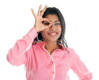 Indiańska biznesowa kobieta skupiająca się ręki dziurą. obrazy stock