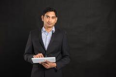 Indiańska biznesowa męska używa pastylka Zdjęcie Royalty Free