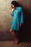 Indiańska dziewczyna w błękit sukni przeciw ścianie obraz royalty free