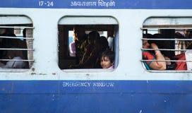 INDIAŃSKA dziewczyna w taborowy przyglądającym out okno HARIDWAR, INDIA, Kwiecień 04 i ono uśmiecha się -, 2014 - Fotografia Stock