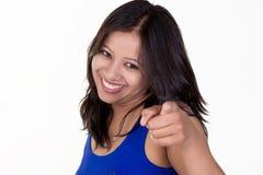 Indiańska dziewczyna wskazuje przy tobą z rozochoconym uśmiechem zdjęcia stock