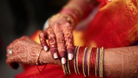Indiańska Hinduska panna młoda dostaje przygotowywający dla poślubiać zbiory