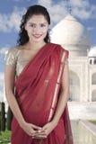 Indiańska kobieta jest ubranym saree z Taj Mahal tłem Obraz Royalty Free
