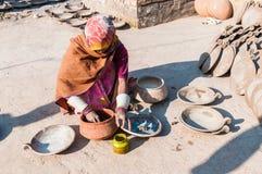 Indiańska kobieta która malował garnki w garncarstwie Zdjęcia Royalty Free