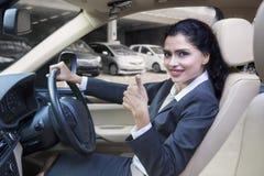 Indiańska kobieta pokazuje kciuk up w nowym samochodzie fotografia stock